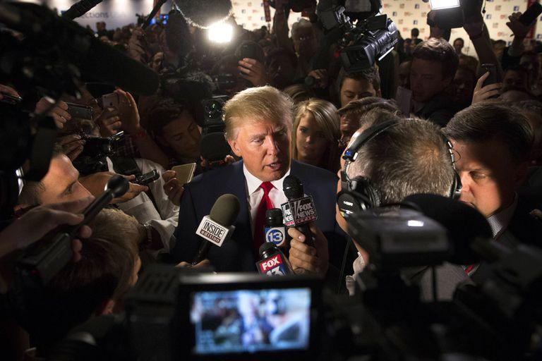 Reporteros, camarógrafos y fotógrafos se tiraron encima de Trump; el magnate lidera la intención de voto republicano en todas las encuestas