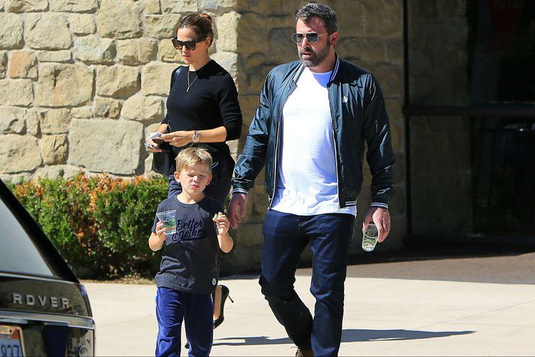 Jennifer Garner y Ben Affleck saliendo de la iglesia junto a Samuel, el menor de sus tres hijos