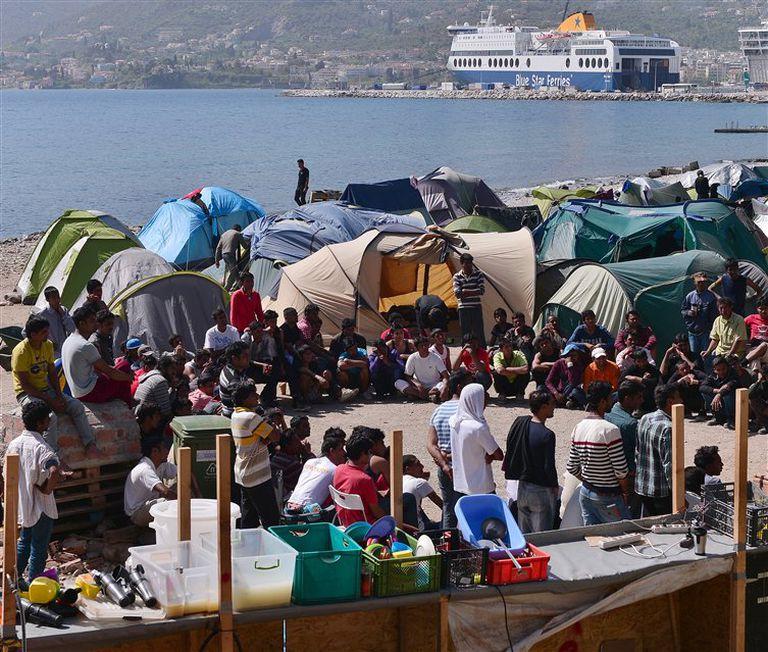 Decenas de inmigrantes, en uno de sus habituales encuentros en un campo de refugiados de Lesbos