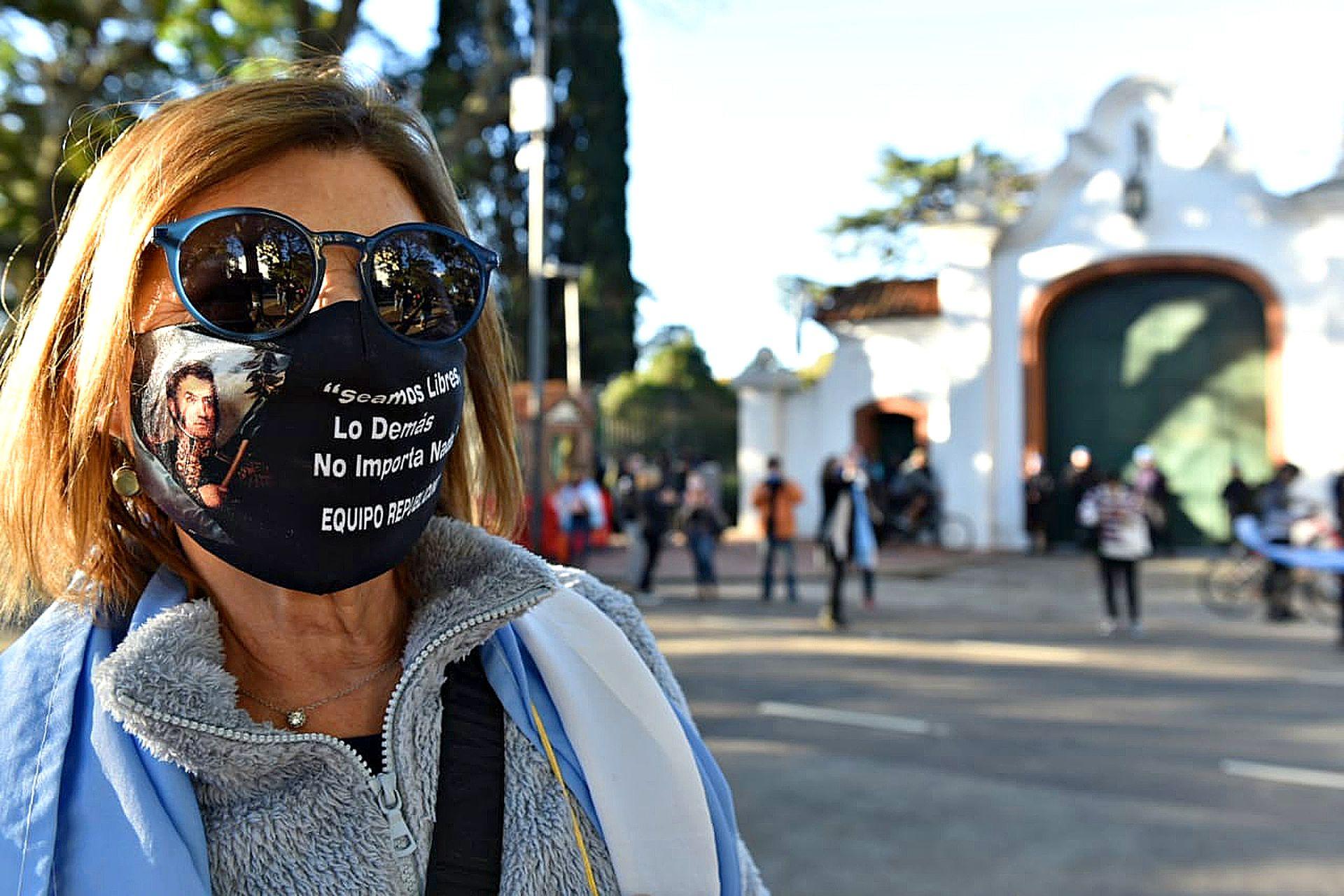 Protestas frente a la quinta presidencial de Olivos por las nuevas restricciones debido a la pandemia por coronavirus