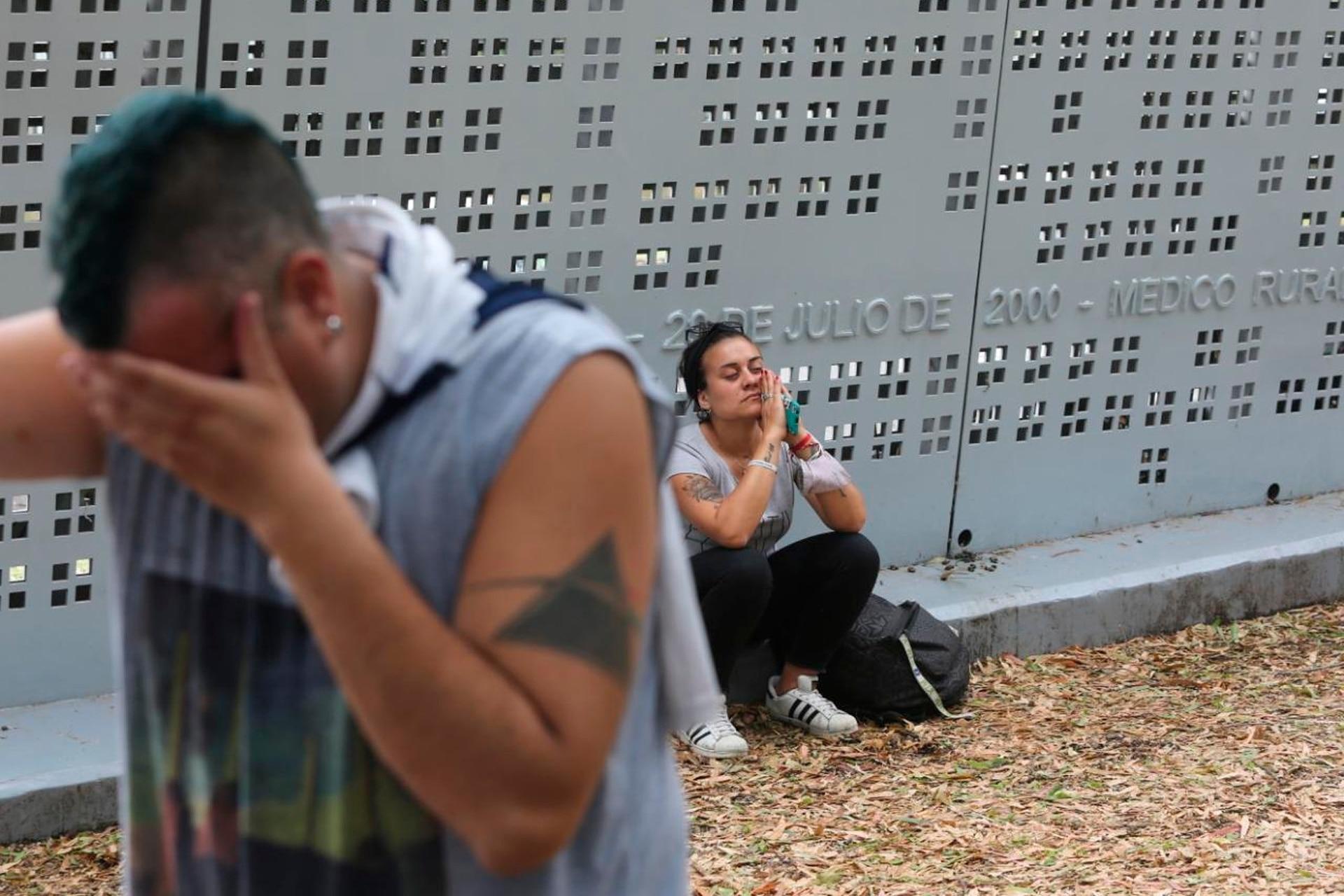 Dolor en las inmediaciones del estadio Carmelo Zerillo de Gimnasia y Esgrima de la Plata por la muerte de Diego Maradona