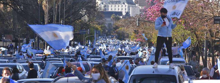 A pie, sobre los estribos o en el techo, los manifestantes protestaron contra el Gobierno