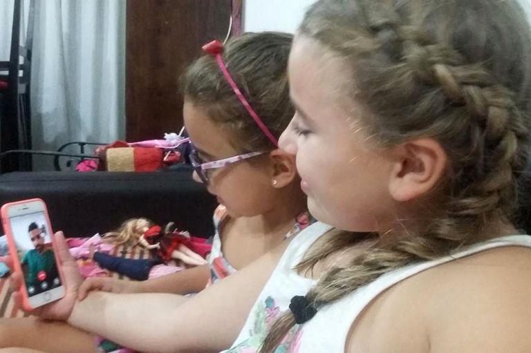 Gracias a la tecnología, se acorta la distancia que hoy hay entre Fernando Bruni y sus hijas Valentina de 9 y Josefina de 6