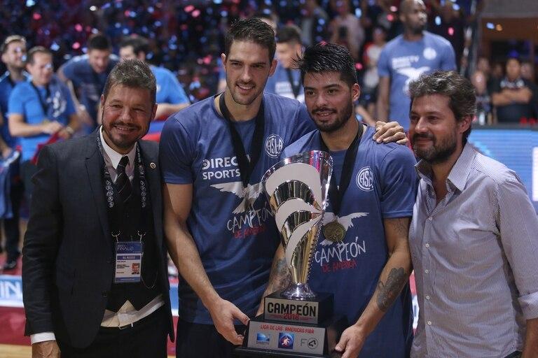 Tinelli, Mata, Aguirre y Lammens, con el trofeo de la Liga de las Américas
