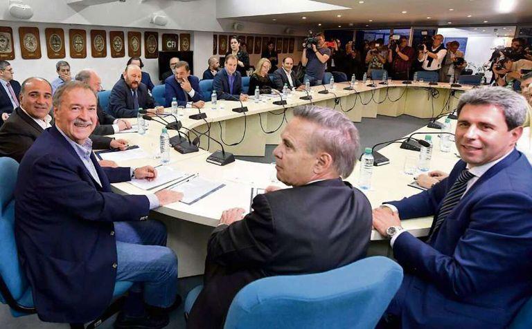 Manzur, Schiaretti, Pichetto y U?ac, en la cabecera de la mesa compartida con Alicia Kirchner, Insfrán y Verna, entre otros