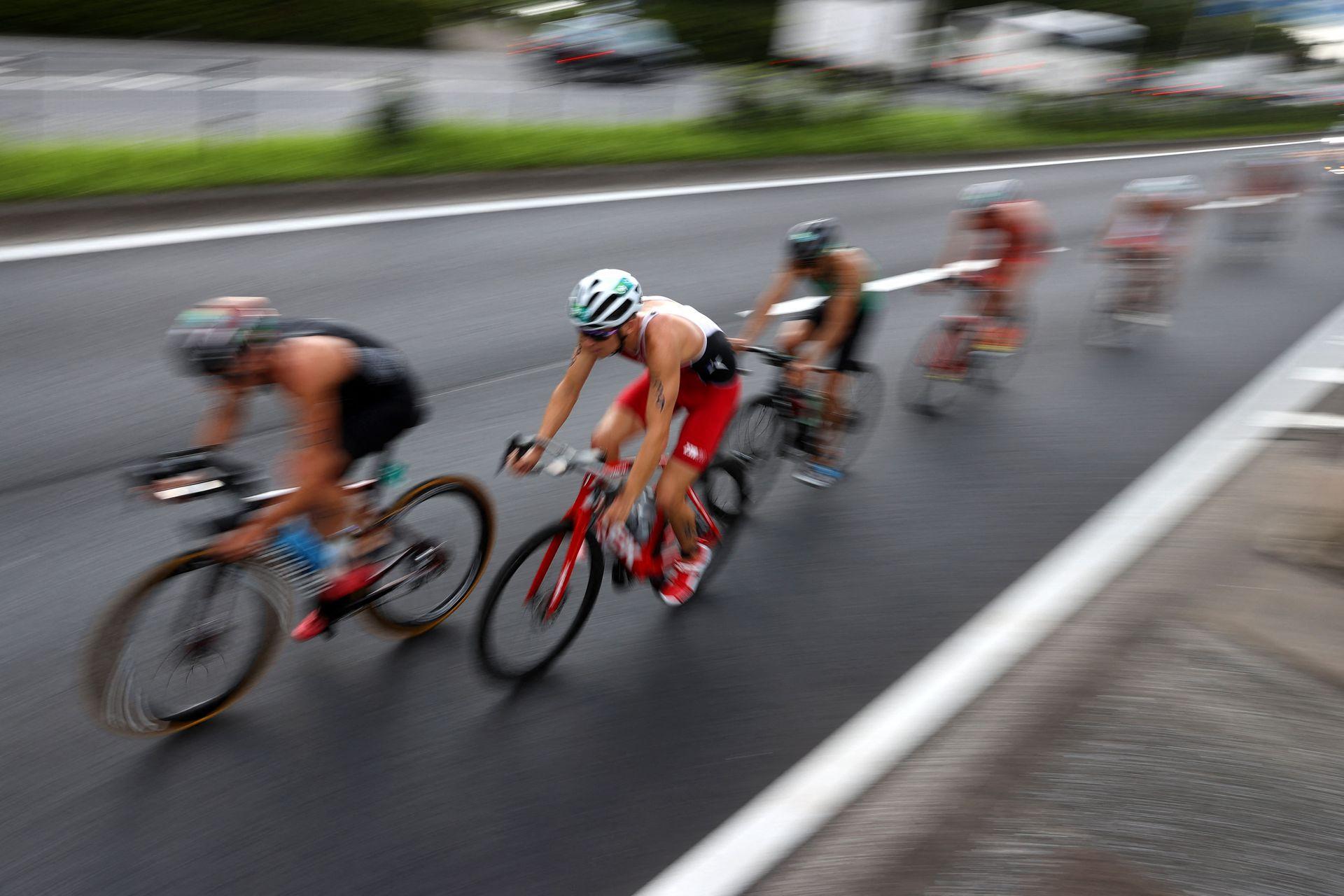 El chileno Diego Moya compite durante la competencia de triatlón individual masculino en el Parque Marino de Odaiba, en Tokio, el 26 de julio de 2021 durante los Juegos Olímpicos de Tokio 2020.