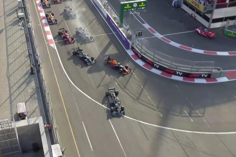 Lewis Hamilton logró pasar a Checo Pérez en el reinicio de la carrera, pero cometió un gravísimo error y siguió de largo