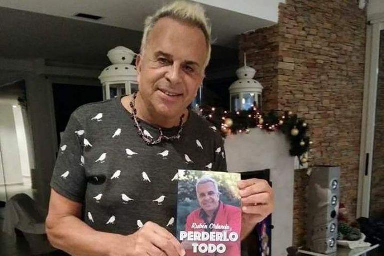 "Rubén Orlando hoy, con su libro ""Perderlo todo"""