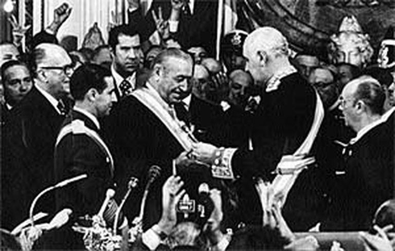 El 25 de mayo de 1973, el Dr. Héctor Cámpora, presidente electo, recibe de manos del Teniente General Alejandro Agustín Lanusse el bastón de mando