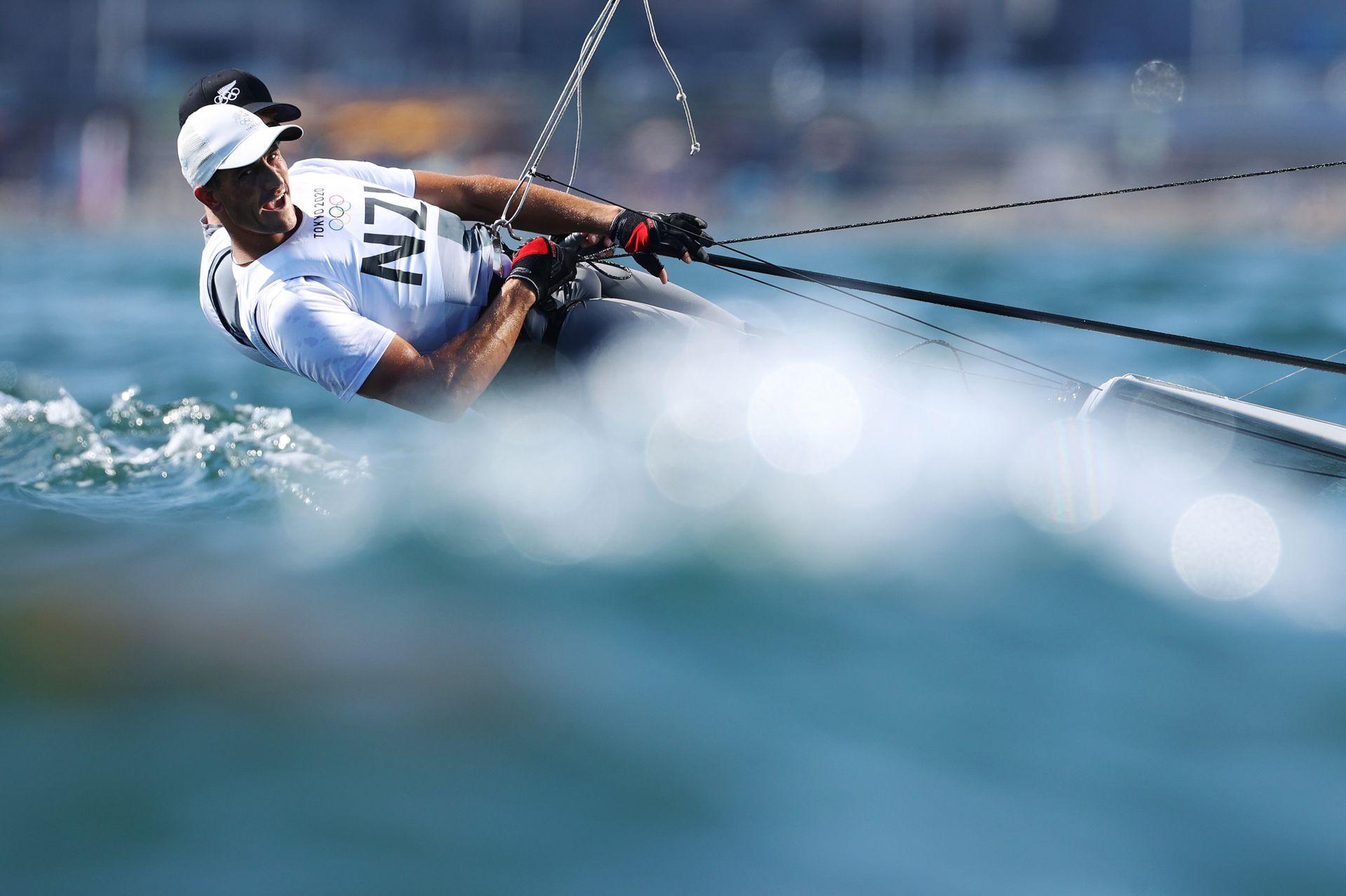 Peter Burling (gorra negra) y Blair Tuke del Team New Zealand practican en el Skiff masculino - clase 49er durante las vistas previas de navegación en el primer día de los Juegos Olímpicos de Tokio 2020 en Enoshima Yacht Harbor el 24 de julio de 2021 Fujisawa, Kanagawa, Japón.