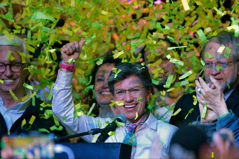 Claudia López, celebra después de ganar las elecciones regionales en Bogotá, el 27 de octubre de 2019