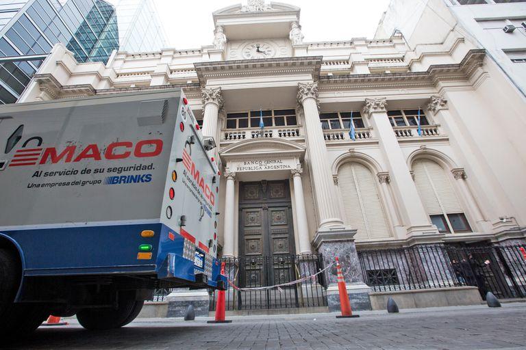 El edificio del BCRA en tiempos de pandemia. Puertas cerradas pero actividad interior, como la que desarrolló hoy su mesa cambiaria para vender reservas