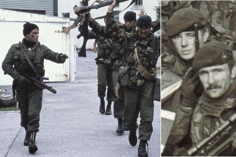 Lou Armour, con los brazos en alto, en la foto del 2 de abril; y en el último día de la guerra, en la casa del gobernador, con la bandera británica