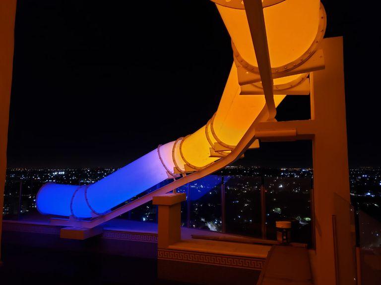 De noche, el tobogán se ilumina con luces de colores