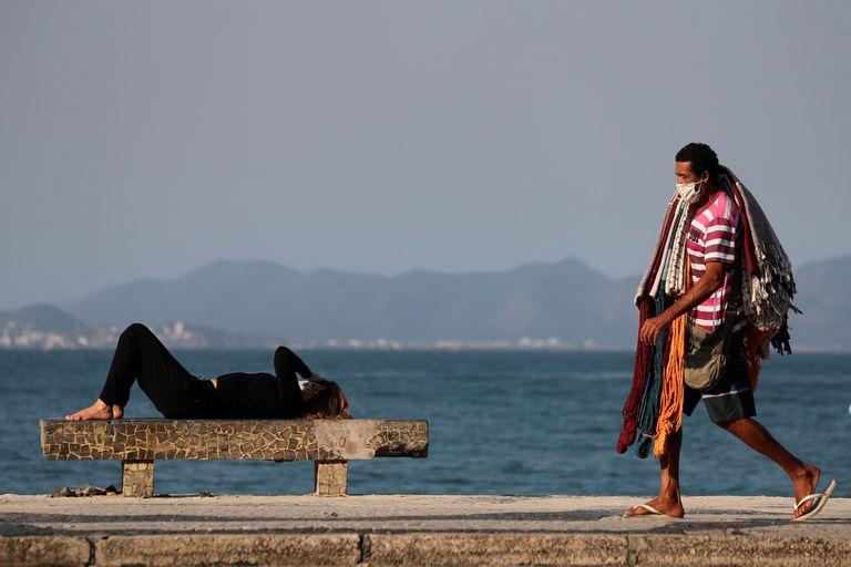 Un vendedor ambulante en Copacabana, con poca clientela