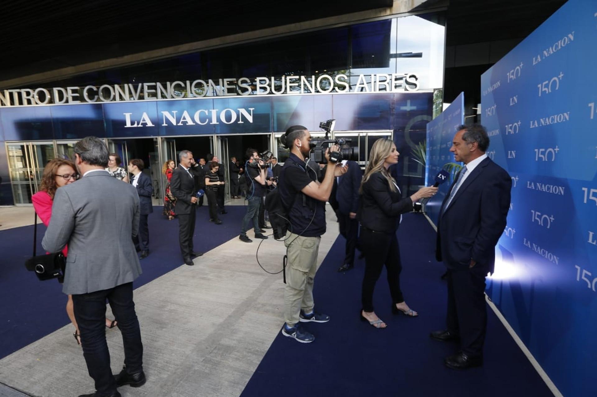 Daniel Scioli es entrevistado en la blue carpet antes de ingresar al Centro de Convenciones de Buenos Aires