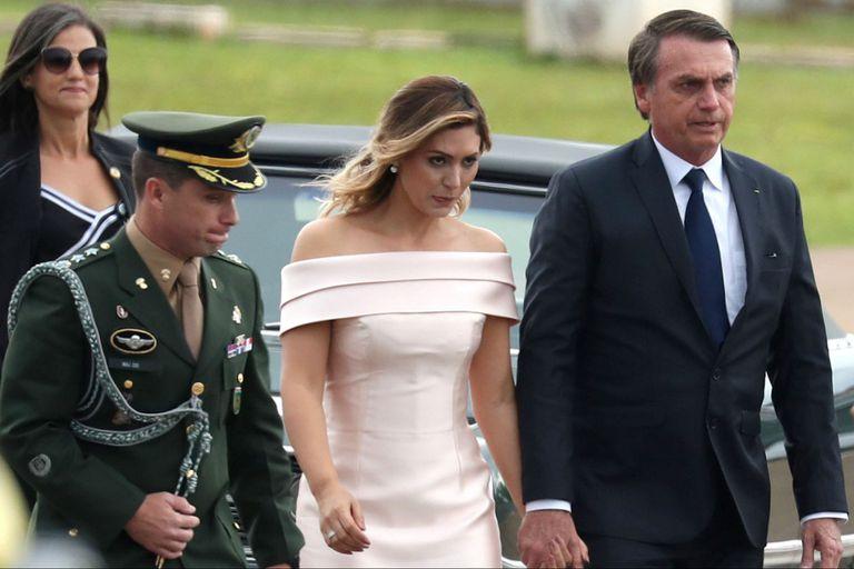 Bolsonaro, acompañado por su mujer Michelle, antes de dar el discurso en la escalinata del Planalto