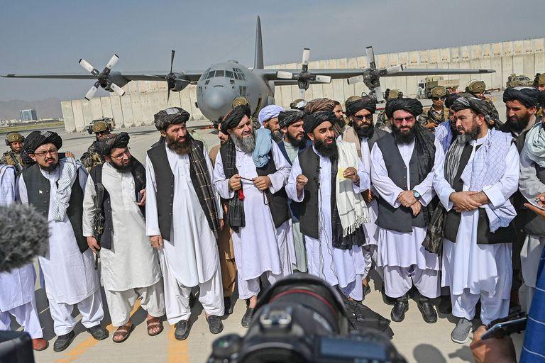 El portavoz talibán Zabihullah Mujahid (al centro) habla con los medios en el aeropuerto de Kabul el 31 de agosto de 2021, tras recuperar también el poder en ese territorio