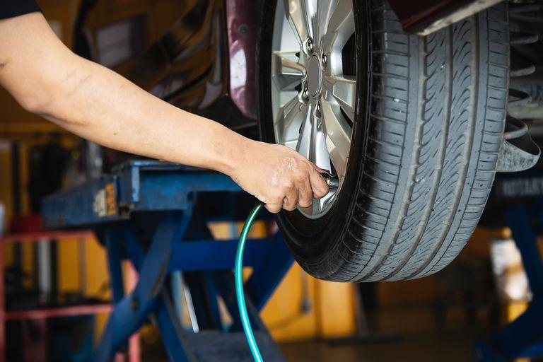 Al menos, una vez por mes. Chequear que la presión de inflado sea la correcta contribuye a que los neumáticos tengan una mayor vida útil