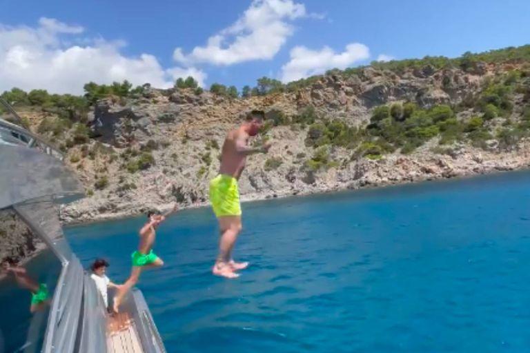 """El """"piletazo"""" de Lio Messi y Thiago al mar mediterráneo desde su yate"""