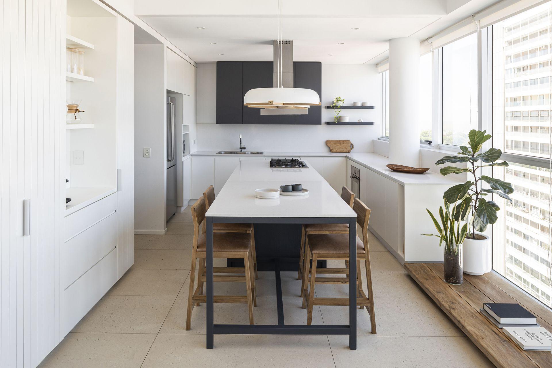 Banquetas de petiribí y cuero (Bull), lámparas 'Cruz' (Garzón Maceda). El mueble de la izquierda tiene a mano todo lo necesario para el desayuno. El piso es el original de la construcción.