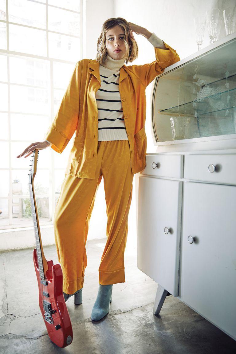 Pijama de seda labrada (Caro Cuore) y polera rayada (Delucca)