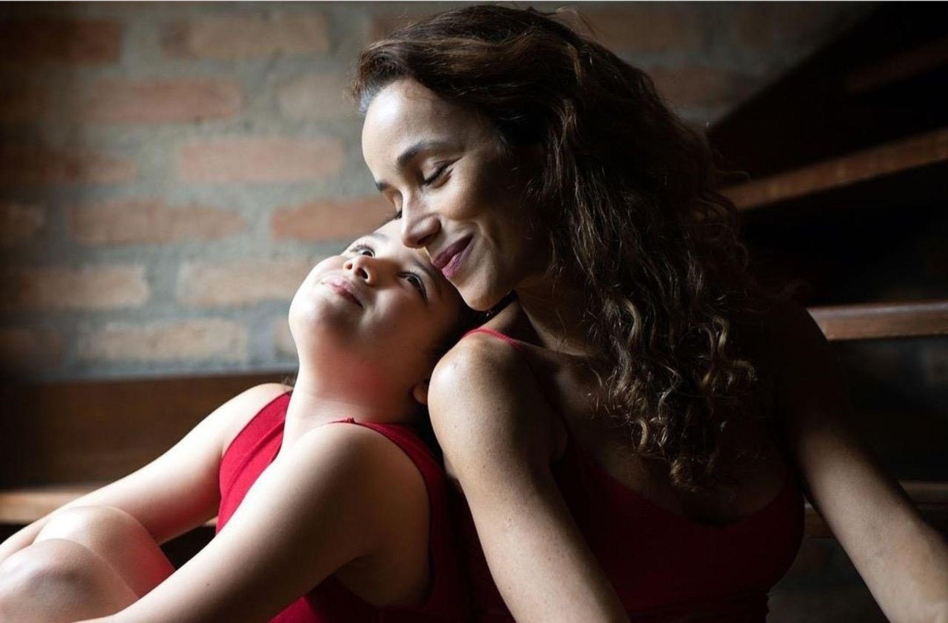 """Pese a que odia la maternidad, Karla dice que ama a su hija: """"Construimos nuestra relación basada en el amor, con verdad y respeto. Y la respeto y la amo tanto que la amo más allá de la condición de mi hija""""."""