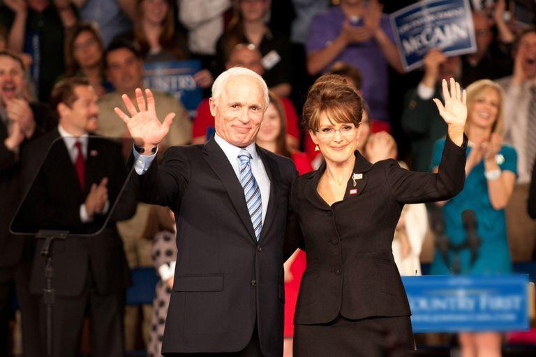 Ed Harris y Julianne Moore como John McCain y Sarah Palin en Cambio de juego
