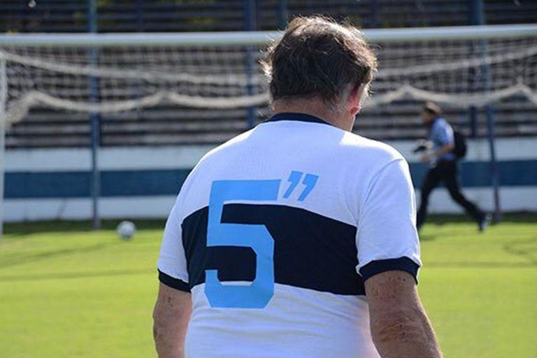 Seppaquercia con la remera que hace alusión a los 5 segundos del gol que le convirtió a Borzi