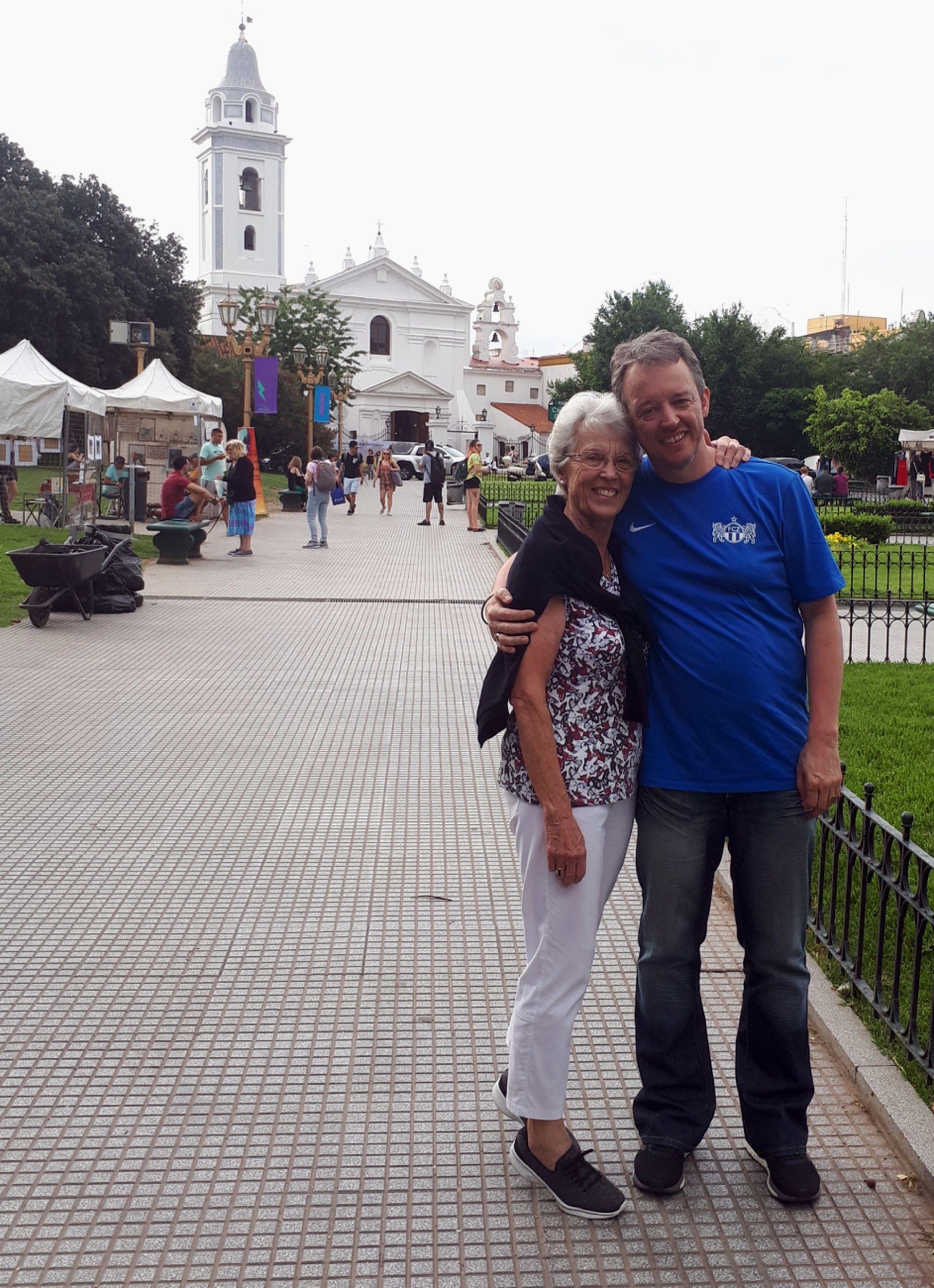 Junto a su madre en Recoleta.