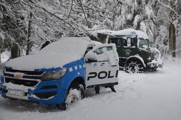 En San Martín de los Andes, Gendarmería Nacional realizó un operativo por las intensas nevadas que cayeron en esa ciudad; a Bariloche no partían ni llegaban colectivos de larga distancia