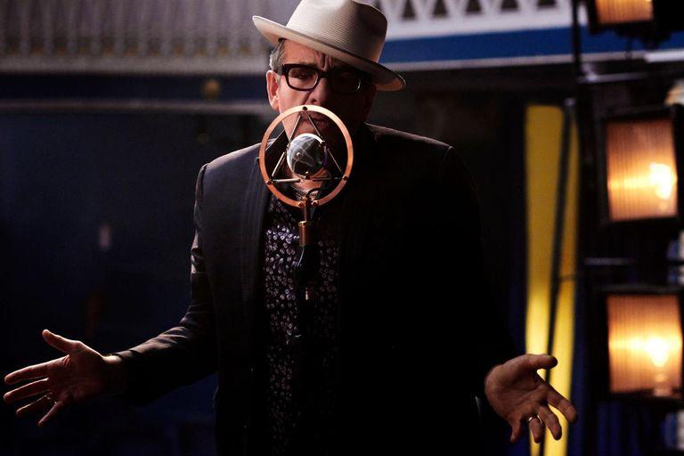 Elvis Costello apostó al desafío de traducir su música al castellano: ¿cuál fue el resultado?