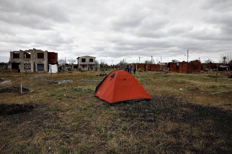 Los que no alcanzaron a tomar una casa de material, demarcaron su parcela en el espacio verde y allí instalaron sus carpas