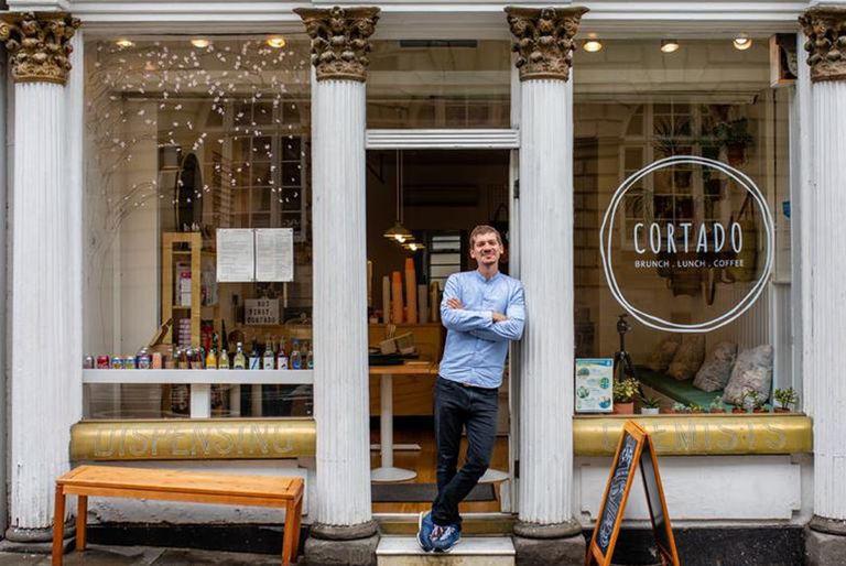 En Inglaterra: viajó por amor y hoy hacen cola por su café con toque argentino