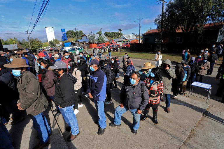 Trabajadores rurales chilenos aguardan en fila para votar en Temuco