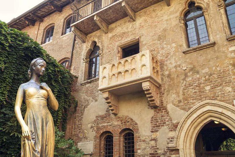 El balcón de Julieta, en Verona, un mito que el turismo sostiene con fervor