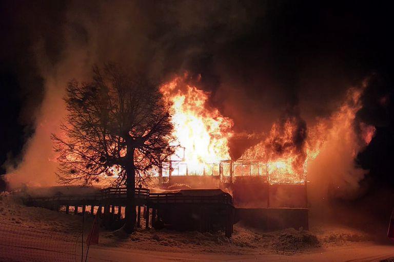 Chapelco: reemplazarán con una carpa o food trucks el refugio que se incendió