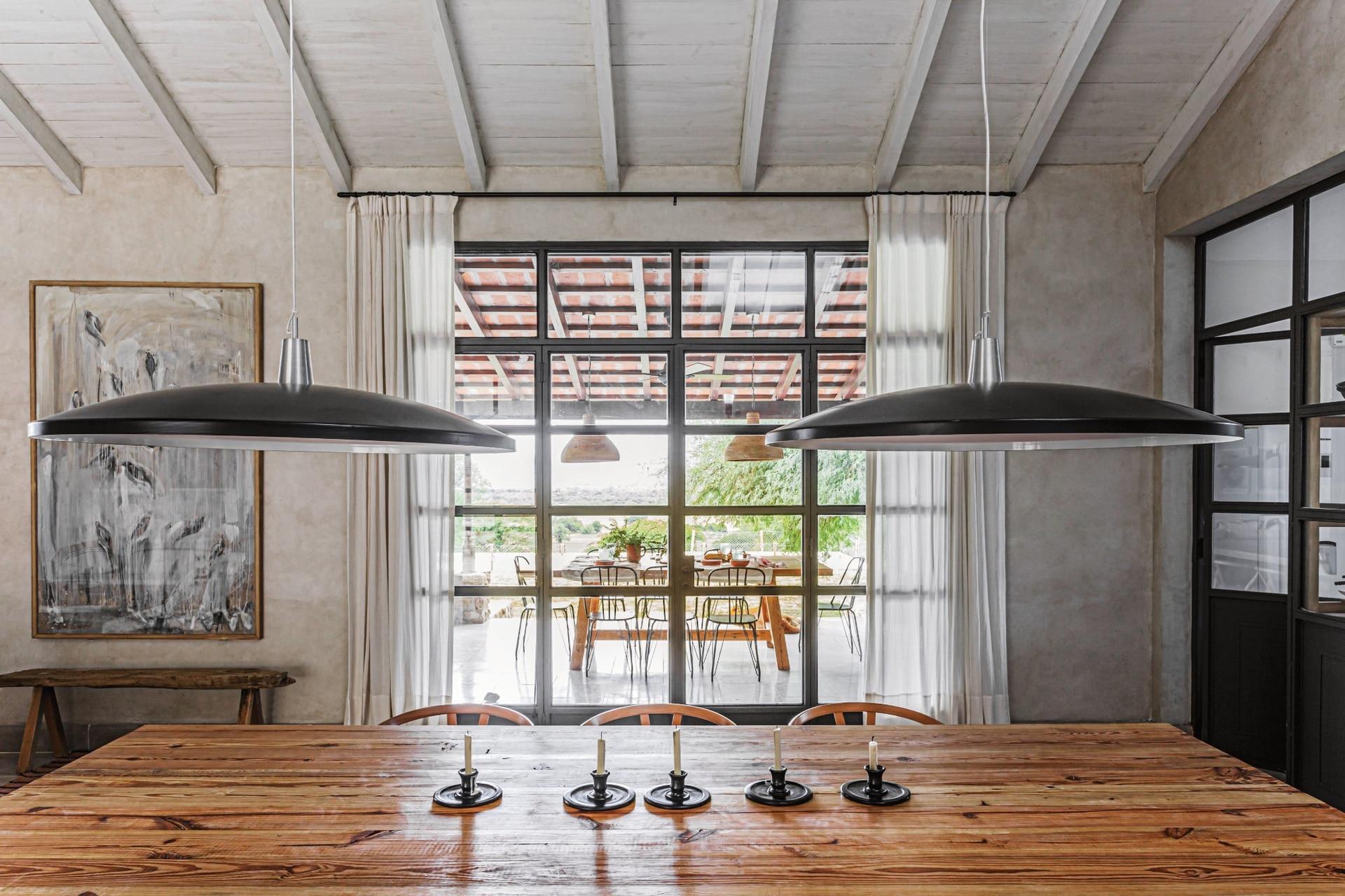 No hay sombras en esta mesa larga cuando se encienden las lámparas colgantes (Iluminación Agüero).