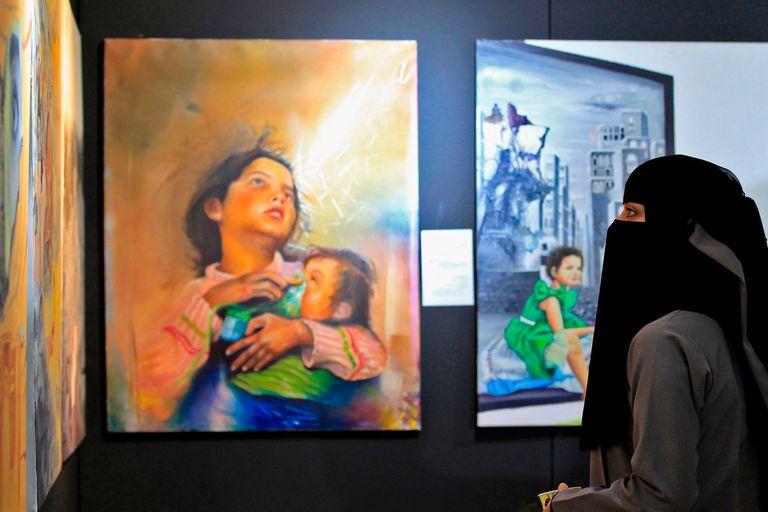 Una mujer yemení visita la exposición.
