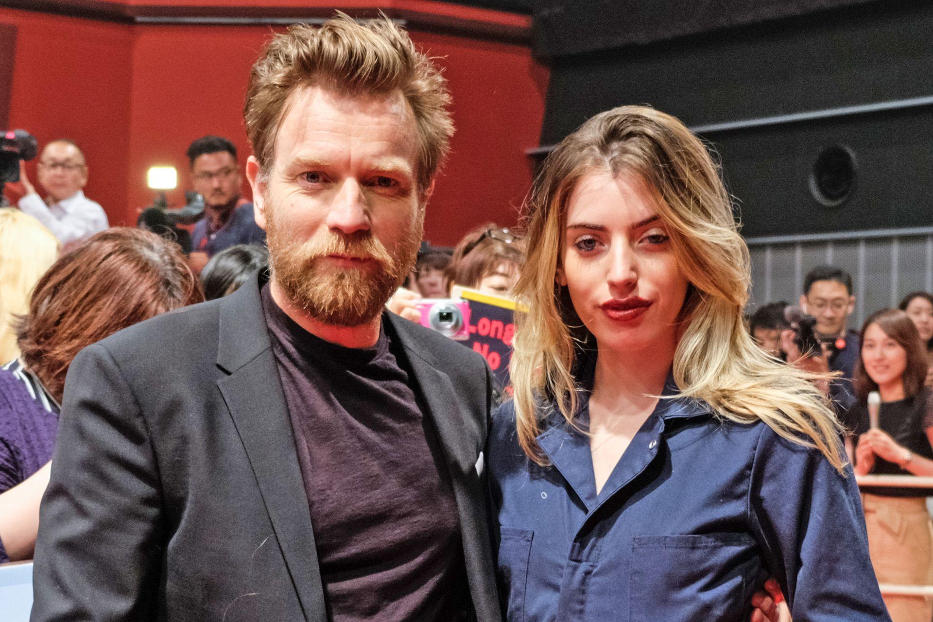 Ewan McGregor y su hija Clara McGregor; cuando el actor se divorció, ella insultó a Mary Elizabeth Winstead en redes sociales.