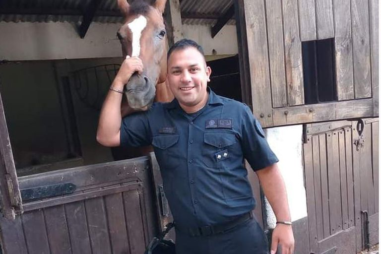 Juan Pablo Roldán tenía 33 años, estaba casado y tenía un hijo de cuatro años; integraba el Cuerpo de la Policía Montada de la PFA