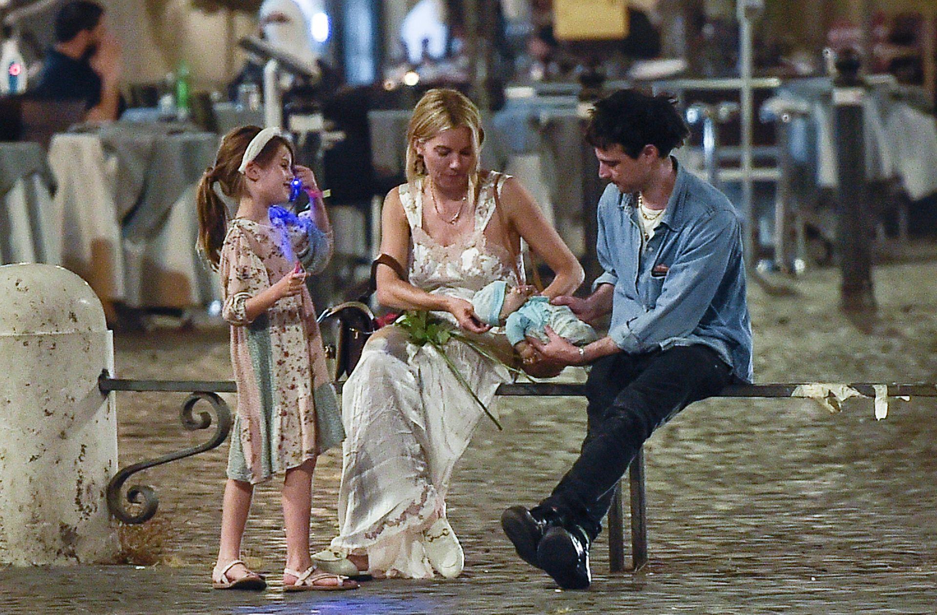Buena onda: Sienna Miller estuvo disfrutando Roma en compañía de su ex Tom Sturridge y la hija de ambos, Marlowe