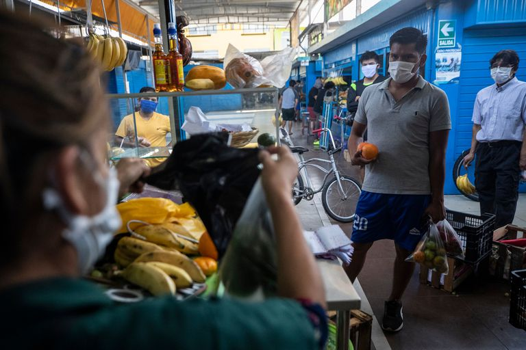 Los mercados populares fueron una de las fuentes de coronavirus en Lima