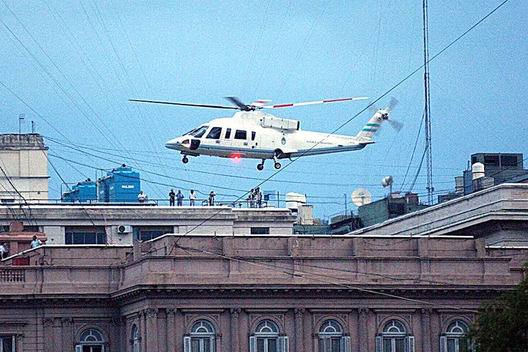 Una imagen icónica: el momento en que Fernando de la Rúa abandona la Casa Rosada en helicóptero en plena crisis de 2001.