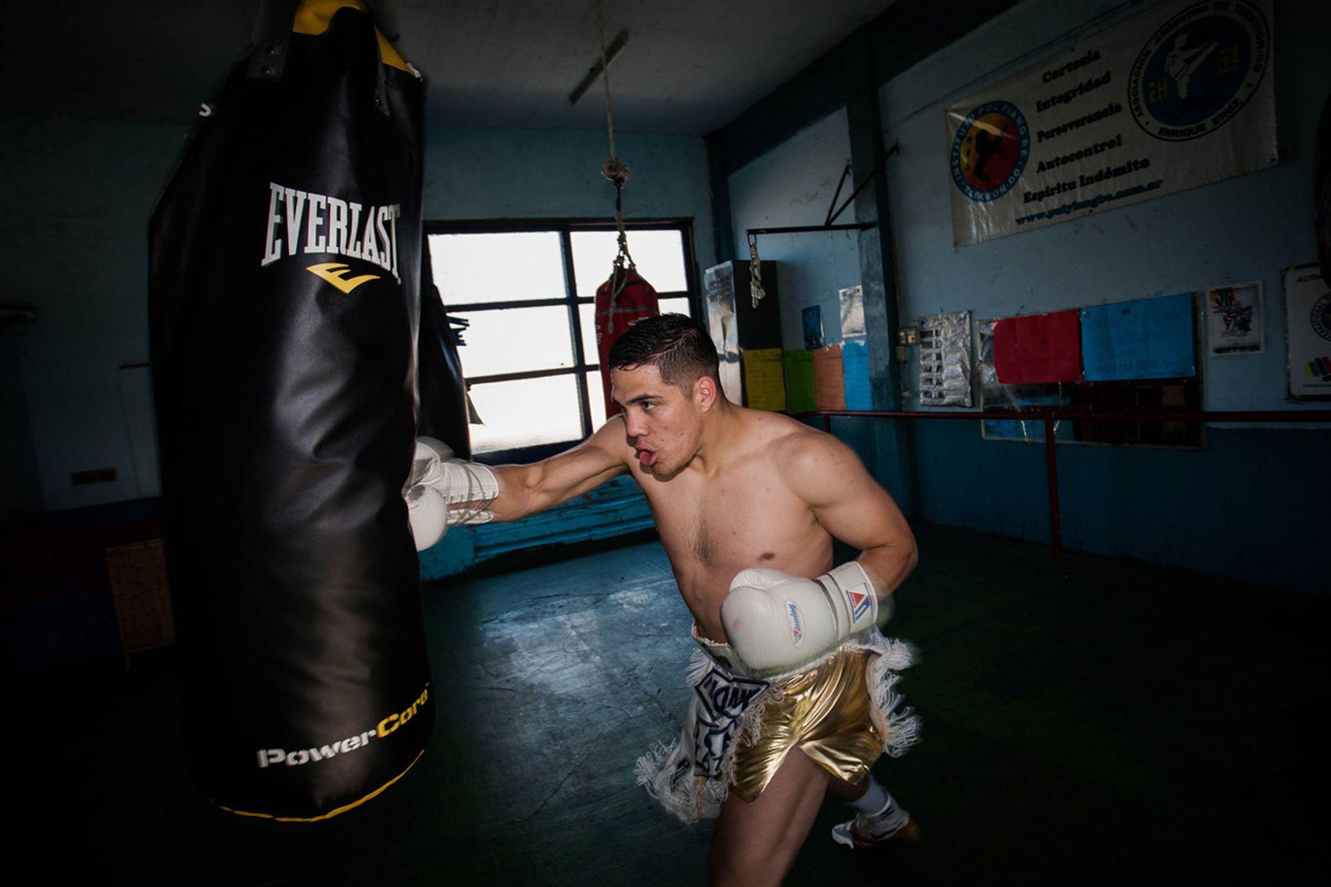 Subió a un ring cuando tenía un año. Fue a upa de su padre cuando este comenzaba una turbulenta carrera de boxeador profesional. No se bajó más.