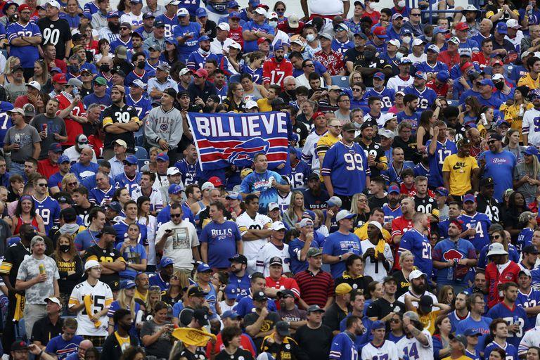En foto del domingo 12 de septiembre del 2021, aficionados observan la segunda mitad del encuentro de los Bills de Búfalo ante los Steelers de Pittsburgh. (AP Photo/Joshua Bessex)