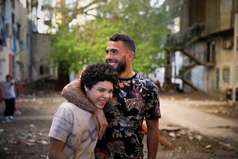 El jugador de Boca y el actor Balthazar Murillo, durante el rodaje de Apache: la vida de Carlos Tevez