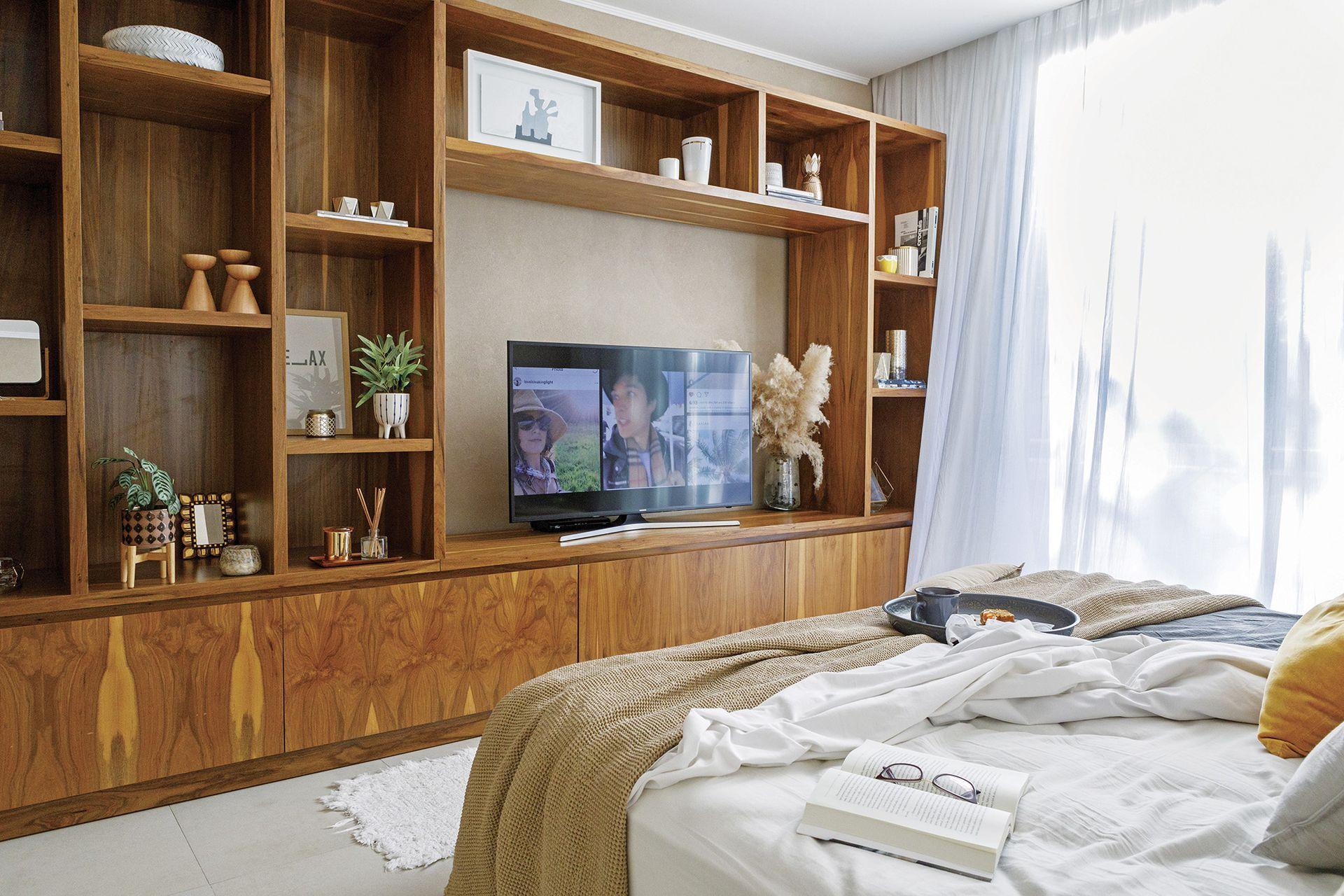Mueble de petiribí de pared a pared (Estefanía Fasulo). Ropa de cama (todo de Lote Propio). Cortinas de gasa (Romina Guerrero).