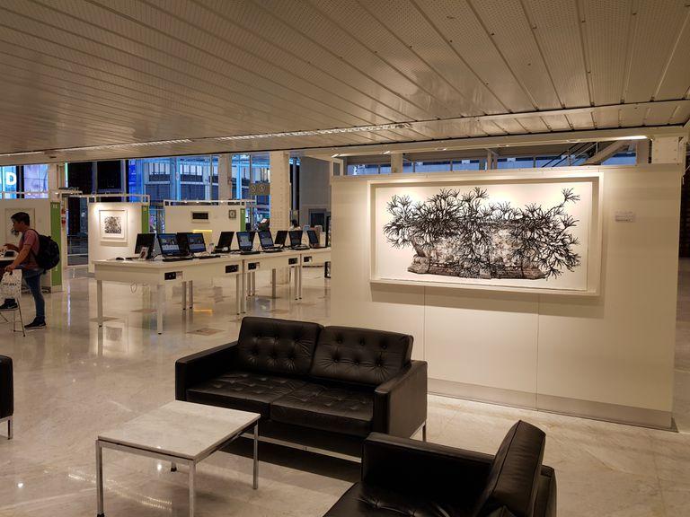 """La """"caja de cristal"""" del Banco Ciudad tiene un espacio de exposición de obras de arte que convive con una sucursal digital donde se puede operar hasta la noche"""