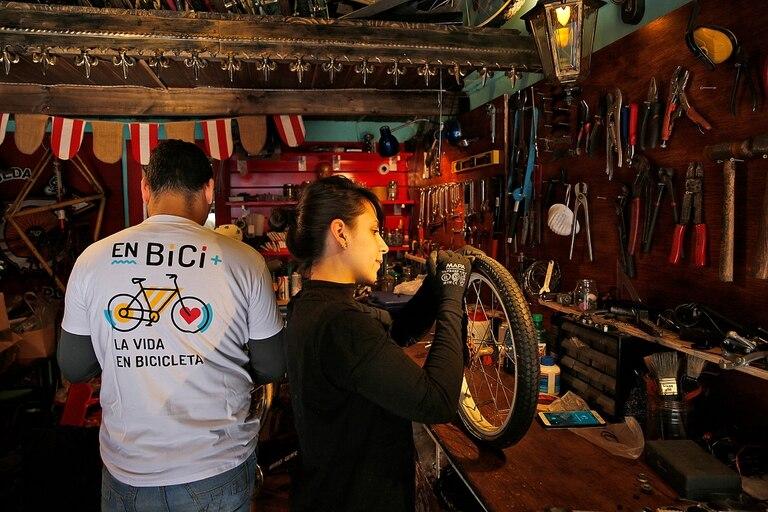 Luciana Ambrueso, una de las voluntarias de La Rueda Popular, reparando una de las bicicletas que se entregarán el Día del Niño